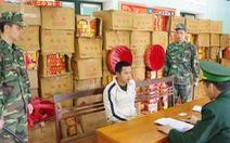 Bắt nhóm người Trung Quốc chuyển 120 thùng pháo nổ vào Việt Nam