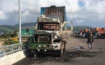 Bình Định: Xe container đang chạy thì cháy rụi đầu máy