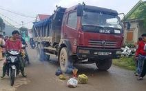 Xe tải cán chết bé gái chạy ra cổng trường trong giờ ra chơi