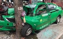 Taxi đang chở khách tông thẳng cây bên đường, đầu xe nát bét
