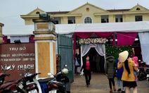 Huyện bảo dỡ, rạp cưới vẫn 'mọc' trong sân ủy ban xã hai ngày