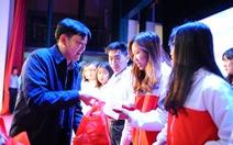 Tặng quà hỗ trợ sinh viên Hà Nội về quê đón tết