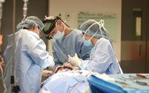 Bác sĩ McKinnon trở lại Việt Nam mổ bệnh nhi u sợi thần kinh