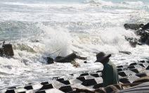 Quảng Ngãi: sóng hất 2 ngư dân xuống biển, 1 người mất tích