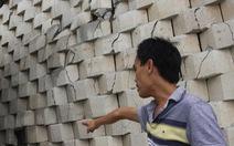 Tường thành 12m 'lơ lửng' trên đầu nhà dân đang rạn nứt