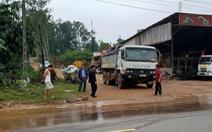 Dân chặn xe tải vì để bùn đất rơi đầy đường