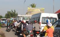 Hàng chục ngàn du khách 'đổ bộ', làng hoa Sa Đéc 'ùn tắc'
