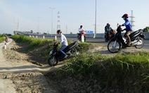 Mạo hiểm ngoặt đầu xe máy ngay chân cầu Cao Lãnh để vào đường tắt
