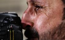 Phóng viên Iraq vừa tác nghiệp vừa khóc khi đội nhà thua trận