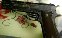 Bắt đối tượng mua bán ma túy lòi ra súng, kiếm