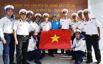 Lá cờ có chữ ký của đội tuyển bóng đá Việt Nam đã đến Trường Sa