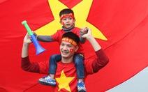 Ngóng chờ các người hùng tuyển Việt Nam 'hạ cánh' sân bay Nội Bài
