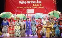 Bạch Tuyết, Kim Cương đón Tết với các nghệ sĩ, nhân viên hậu đài khó khăn