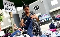 Sắp tết rồi, sạp quần áo Sài Gòn 'ai có đến cho, ai cần đến lấy'