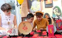 Phố ông đồ ở Sài Gòn: Người xin chữ và cho chữ cùng vui