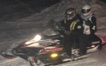 Trời lạnh như ở Bắc Cực, dược sĩ Mỹ dùng xe trượt tuyết giao thuốc
