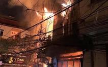 Nhà 4 tầng bốc cháy lúc 4h sáng, 2 người bị thương khi tháo chạy