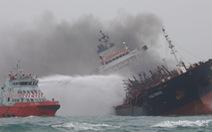Tàu dầu treo cờ Việt Nam cháy nổ dữ dội ngoài khơi Hong Kong