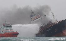 Cứu hỏa, thợ lặn Hong Kong lên tàu dầu tìm 2 thuyền viên Việt mất tích