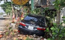 Xe Camry tông 1 phụ nữ nguy kịch, rồi lại tông sập tường nhà dân