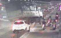 Camera ghi cảnh xe tải mất thắng húc xe khách, đâm vách hầm Thủ Thiêm