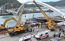 Cầu vào cảng biển Đài Loan đổ sập, nhiều người mắc kẹt