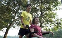 Chàng trai đẩy theo mẹ ngồi xe lăn chạy Marathon trong Revive Marathon Xuyên Việt