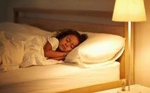 Bé gái 7 tuổi dậy thì sớm do ngủ không tắt đèn?