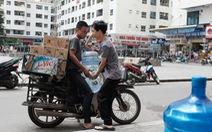 Dân Linh Đàm chật vật lo nước sạch sau 3 ngày nước máy vẫn 'khó ngửi'