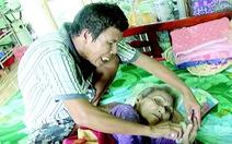 Người đàn ông thiểu năng nhặt ve chai nuôi mẹ già nằm liệt giường