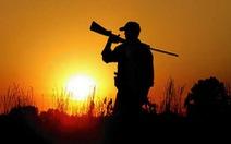 Bạn săn dùng báng súng đập rắn bị cướp cò tử vong