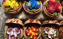 'Hóa phép' xà phòng thành hoa ở chợ đêm Chiang Rai
