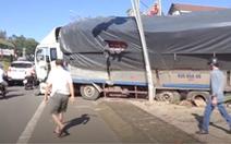 Video : Xe tải chở mì mất thắng đâm sập nhà dân
