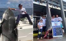 Cậu bé 8 tuổi 40kg câu được cá mập hổ 314kg