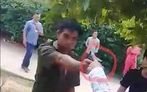 Xuất hiện clip phó công an xã rút súng chĩa vào người dân