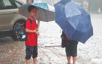 Mưa trắng trời, hàng chục ngàn học sinh Nghệ An - Hà Tĩnh nghỉ học