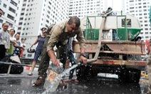 Xếp hàng lấy nước rồi đổ đi ngay vì nước không sạch