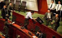 Hơn chục nghị sĩ Hong Kong bị lôi khỏi phòng họp vì la hét om sòm