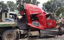 Cuộn sắt hàng chục tấn đè bẹp cabin xe container, tài xế thiệt mạng