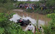 Video: Xe Mercedes chở 3 người trong gia đình lao xuống kênh