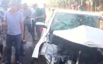 Video: Xe rước dâu đâm xe tải, người dân phá cửa giải cứu tài xế
