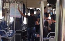 4 khách nam lao vào đánh nữ nhân viên xe buýt vì bị nhắc nhở giữ trật tự?