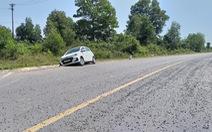 Xe liên tiếp gặp tai nạn vì mặt đường vương vãi đá dăm