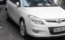 Trung úy công an đậu xe nghênh ngang giữa đường bị phạt 1 triệu đồng