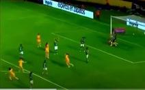 """Khoảnh khắc """"xấu hổ"""" khi nữ cầu thủ giả chấn thương 'đánh lạc hướng' thủ môn giúp đội nhà ghi bàn"""