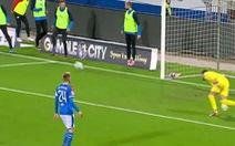 Không vào sân thi đấu, cầu thủ dự bị vẫn khiến đội nhà lãnh bàn thua