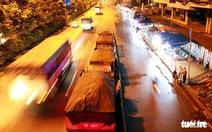 Xe tải 'vô tư' dừng trên đường cấm, tài xế nói do buồn ngủ