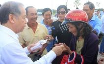Video: Chủ tịch tỉnh mua vé số tặng cho bà con nghèo