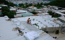 Dân xóm Núi Nha Trang tất bật gia cố nhà cửa trước bão đổ bộ