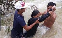 Người dân liều mình cứu 4 người giữa dòng nước xiết
